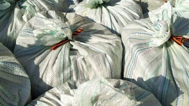 В России георгиевскими лентами перевязывают мешки со стройматериалами